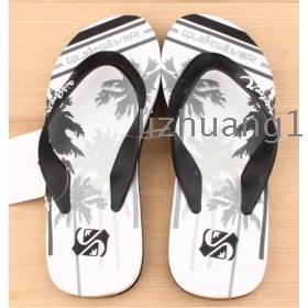 Especial de verano es fresca encantadora pareja posponer las cosas de los hombres delgados creativos y mujeres zapatillas de playa zapatos palabra procrastina